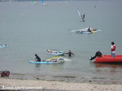 Initiation � la planche � voile sur la plage du Cap Coz Fouesnant Les Gl�nan Finist�re Bretagne.