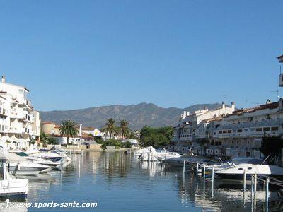 Empuriabrava dans la baie de Roses, sa marina, ses plages, une Venise moderne sur la Costa Brava