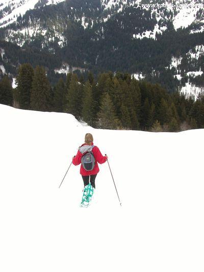 Photo de descente en raquettes à neige