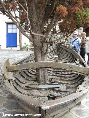 Photo d'une barque catalane �chou�e devant la maison de Dali