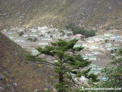 Le village de Khumjung, son monast�re et son �cole