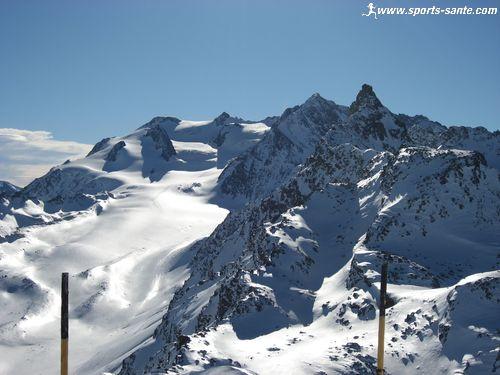 Panorama du sommet du Mont du Vallon � M�ribel : l'Aiguille du Borgne, le Glacier de G�broulaz, le Glacier de la Vanoise, la Grande Casse, l'Aiguille du Fruit, le Mont Blanc, la Pointe Emilienne
